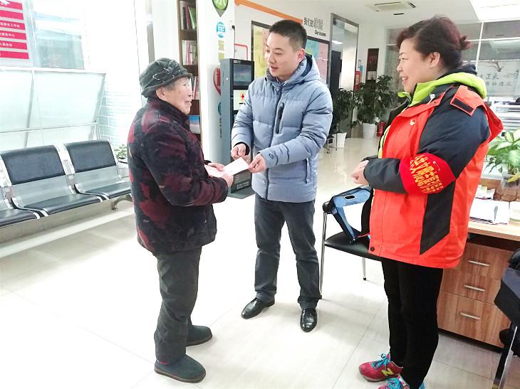 湖北省慈善总会工作人员将慰问金送到刘志强老人手上.jpg
