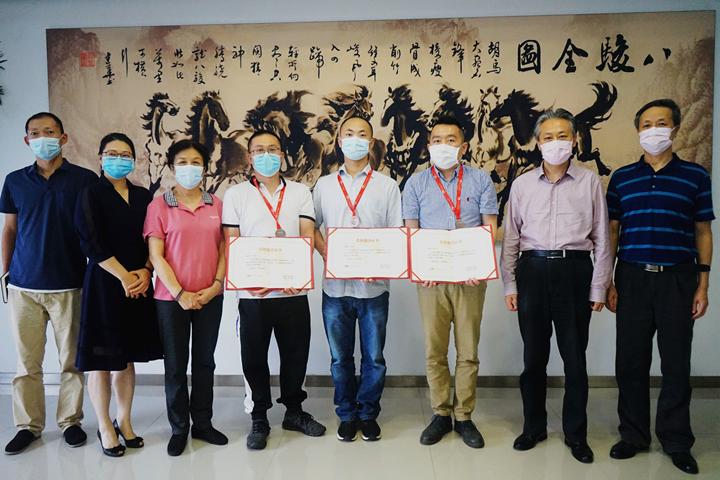 贾虹副会长为省福利彩票发行中心志愿者代表颁发志愿服务证书.png