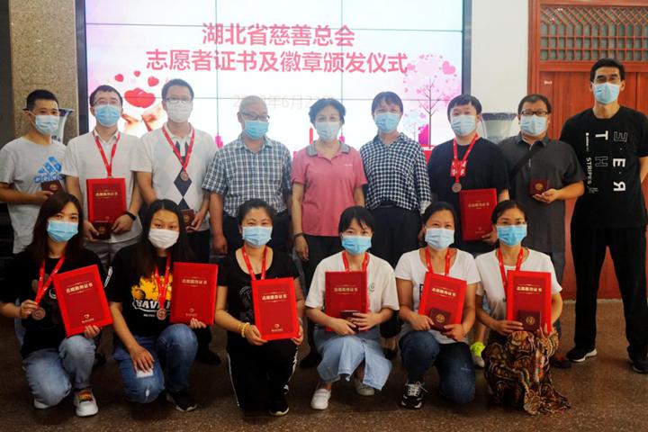 贾虹副会长为民政职业学院志愿者代表颁发志愿服务证书和徽章.png