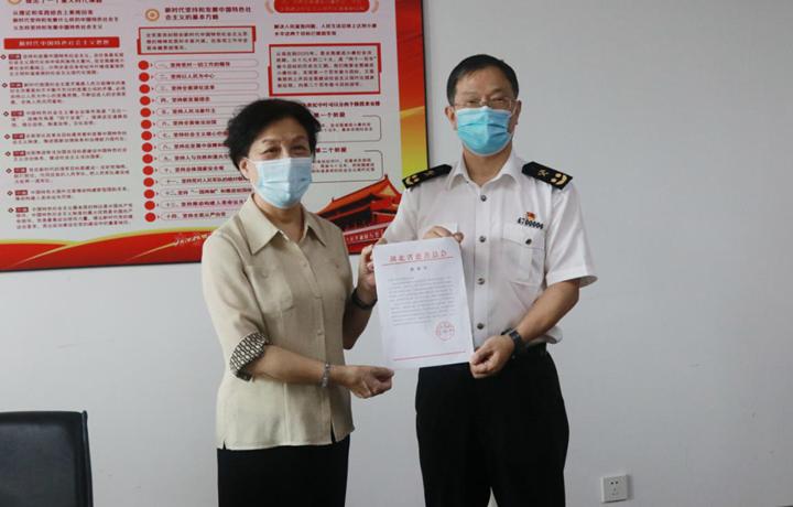 贾虹副会长向中华人民共和国武汉海关赠送《感谢信》.png