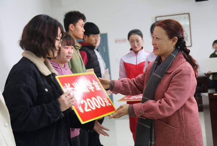 5 長興建筑集團副總經理劉金琴為貧困大學生發放助學金.JPG