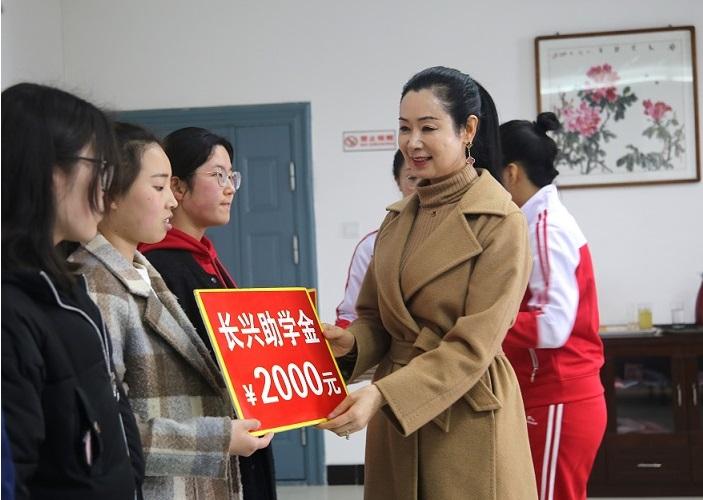 2 長興建筑集團總經理黃慶雪為貧困大學生發放助學金.JPG
