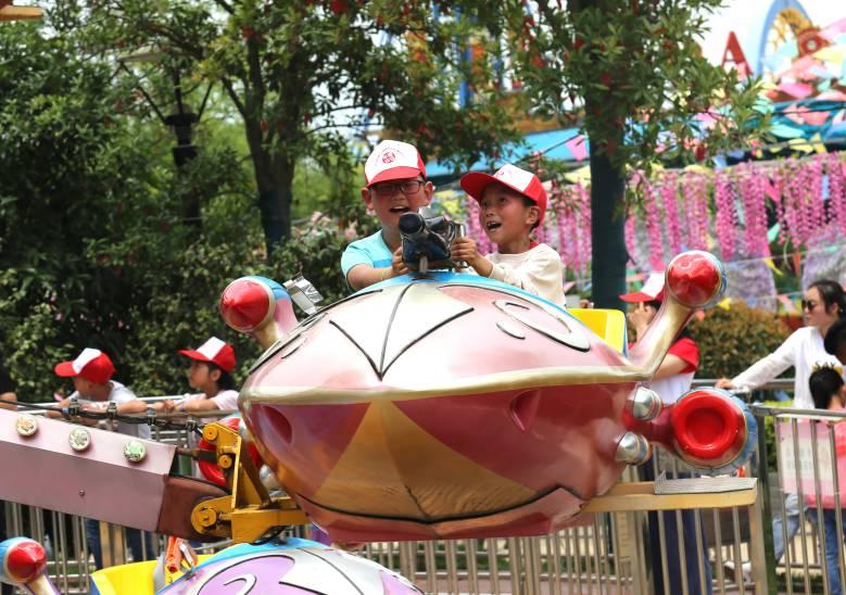 11.幸福知佳留守儿童托管中心的孩子们在欢乐世界度过了一个特殊?#30446;?#20048;节日.png