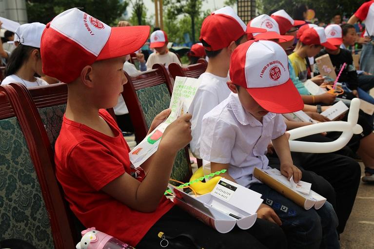 8.幸福知佳的孩子们认真的阅读着小橘子陪你读教育培训机构学生给他写的信.JPG