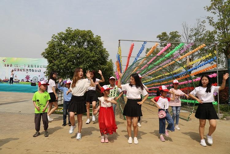 5.幸福知佳的孩子们跟爱心老师们一起学习跳舞.JPG