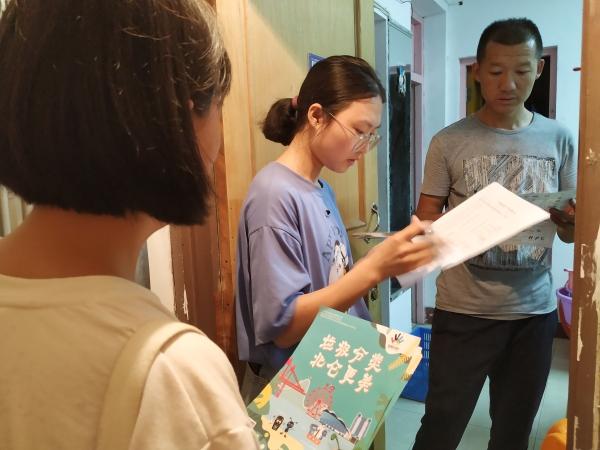 戚家山街道:志愿者助力垃圾分类入户宣传.jpg
