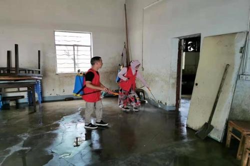 """九峰山社区:""""红峰""""志愿者积极参与灾后消毒工作.jpg"""