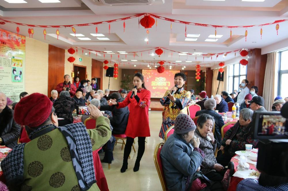1月24日 福利中心 市福利中心举办新春年夜饭1_爱奇艺.jpg