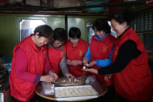 慈善志愿者们为结对帮扶的困难家庭包饺子.jpg