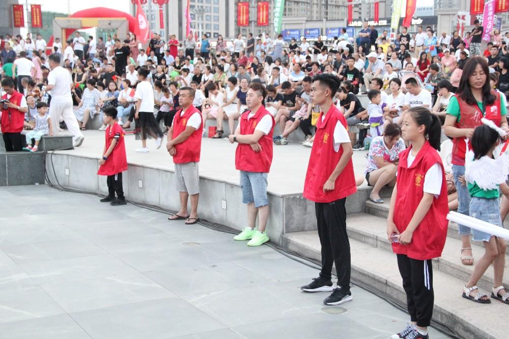 """9.慈善志愿者为""""让爱飞扬 你我同在""""公益晚会提供志愿服务.JPG"""