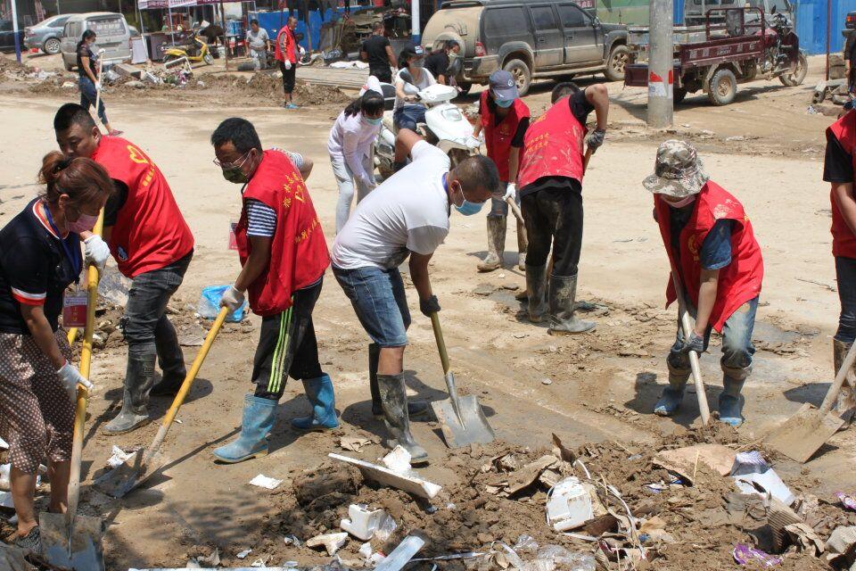 13.慈善志愿者在7.26洪灾的现场.jpg