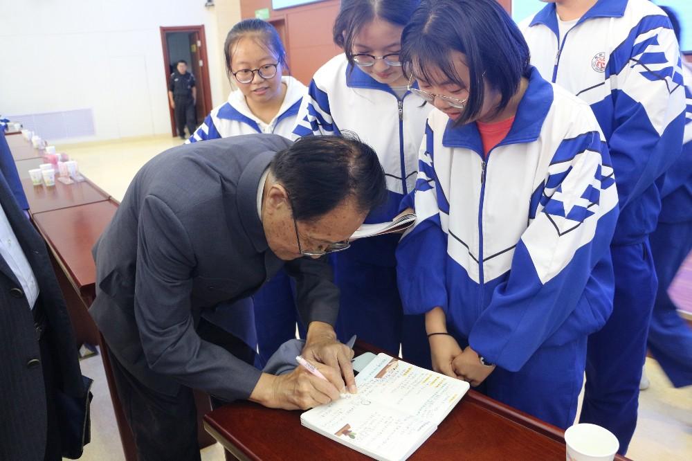 宗光耀先生为学生签名.jpg