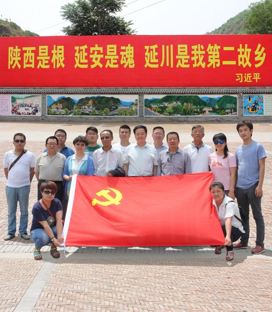 全体工作人员在延川县梁家河纪念馆前合影 - 副本.jpg