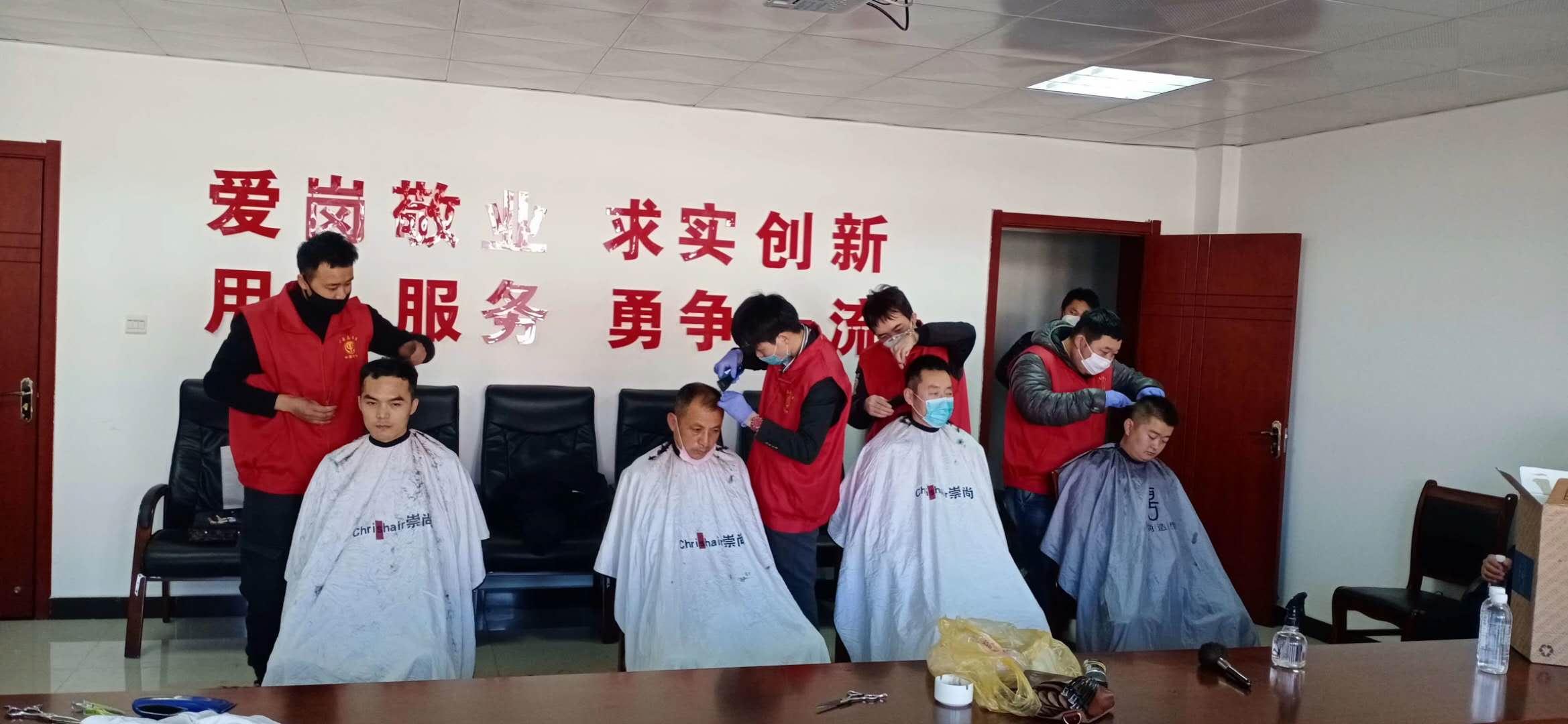 1、榆林青年慈善志愿者服務隊為一線防疫人員義務理發.jpg