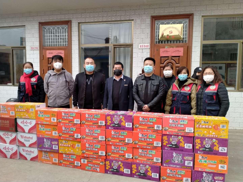 7、慈善志愿者為社區工作人員捐贈方便面和礦泉水等愛心物資.jpg
