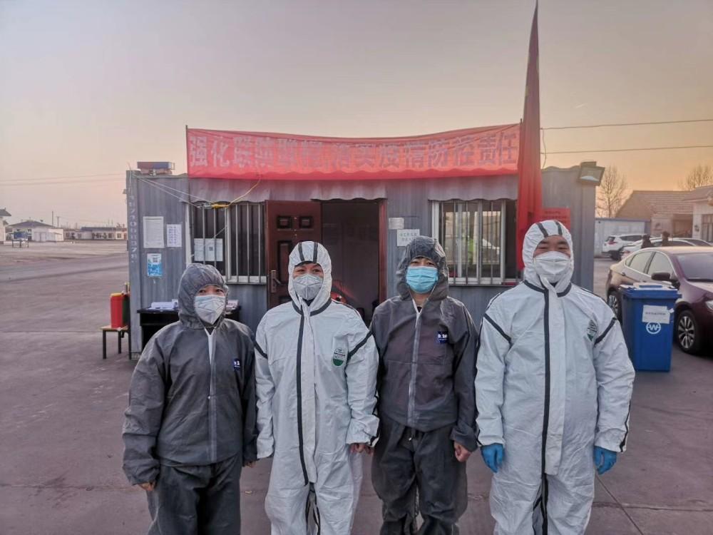 5、榆林好人、慈善志愿者孫波(右一)在疫情防控一線.jpg