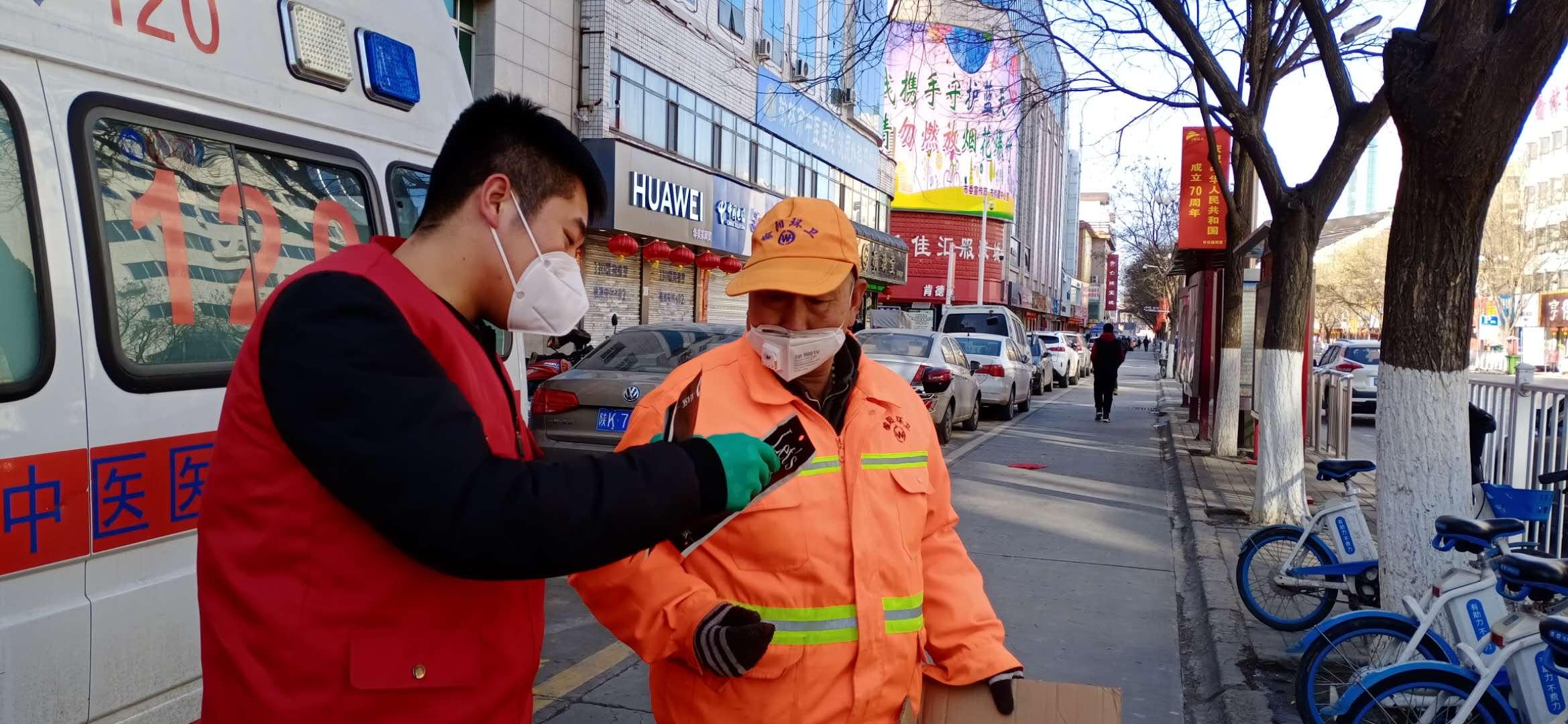 6、慈善志原者向城區環衛工人免費送發口罩.jpg