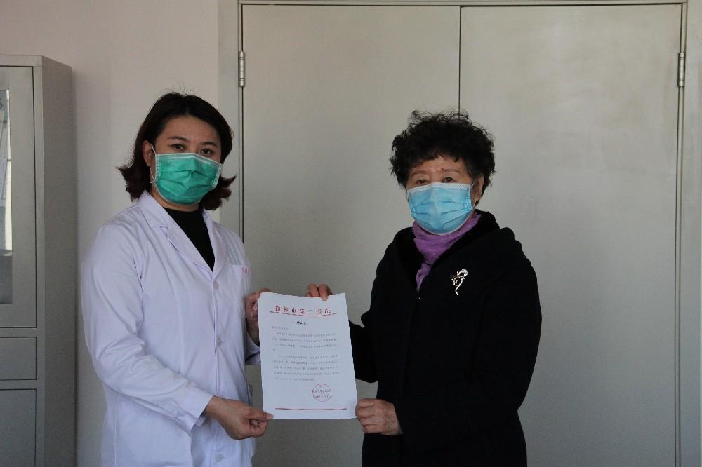 5.榆林二院工會副主席楊艷梅(左)向市慈善協會遞交感謝信.JPG