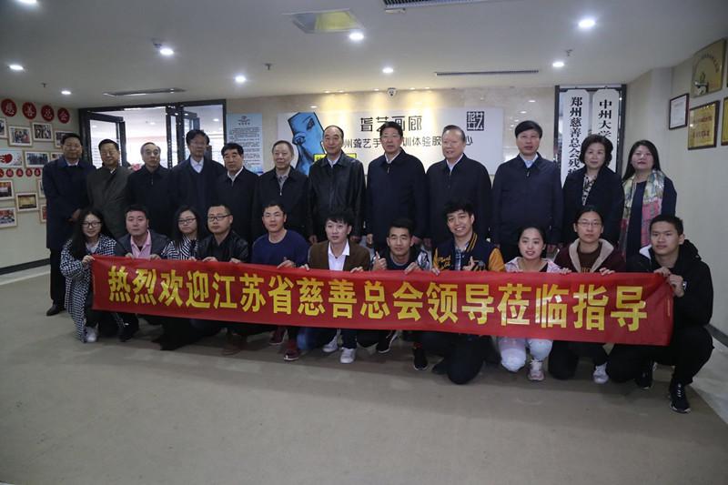 慈善工作者与郑州聋艺画廊聋人员工合影_副本.jpg