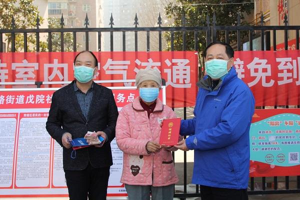 许素英老人向省慈善总会捐款3万元.JPG