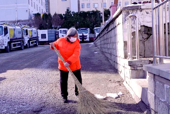 李玉坤正在做街面保洁工作.png